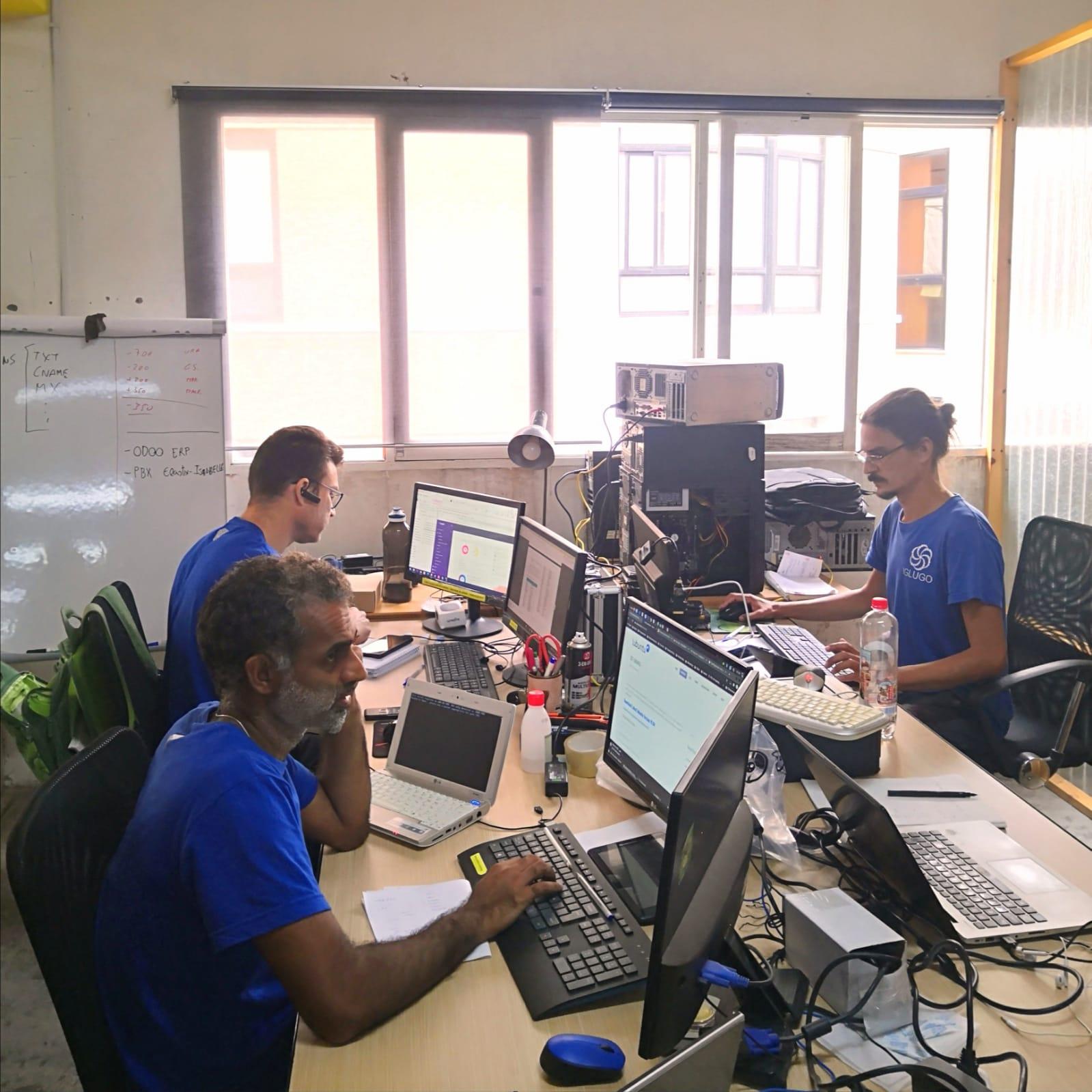 iglugo_team_ in the office